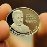 Emlékérmet bocsátottak ki Szent-Györgyi Albert Nobel-díjának évfordulójára