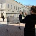 Egykori szegedi utcaképek a Móra Ferenc Múzeum köztéren kiállított fotóin