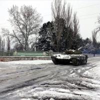 A honvédség katonái és harci járművei is segítik a mentést