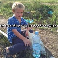 """A """"menekültek"""" szétdobált dolgait gyűjti a délvidéki magyar kisfiú!"""