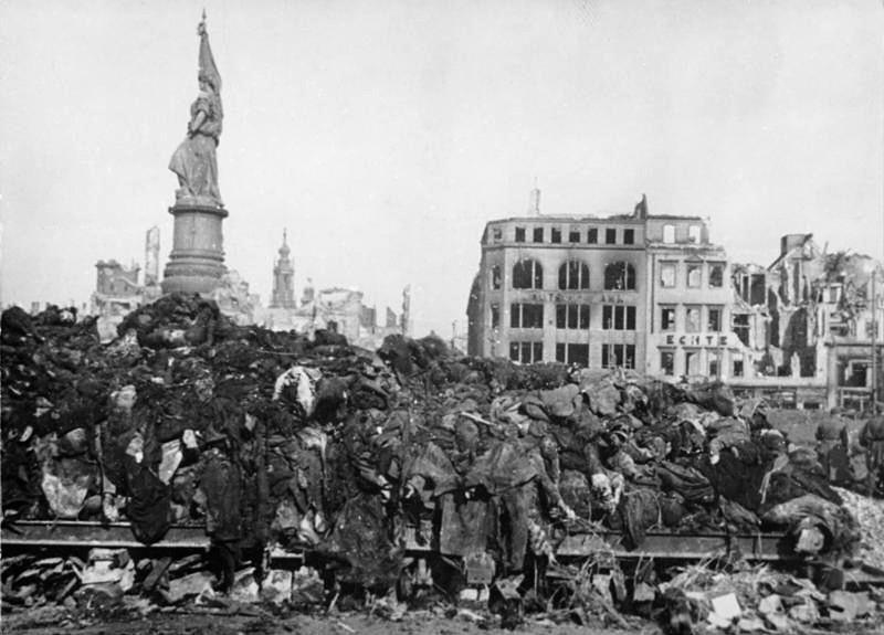 Elszenesedett emberi holttestek halomba hányva a leégetett város főterén, az Altmarkon, 1945. február végén...